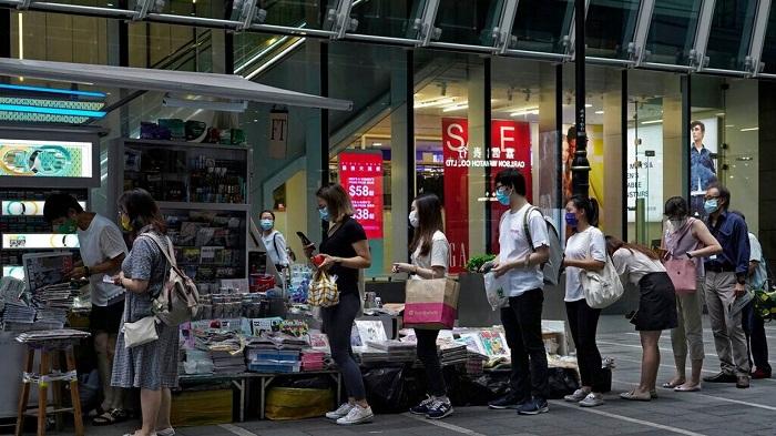 Orang orang mengantre di kios berita untuk membeli Apple Daily di jalan pusat kota di Hong Kong pada Selasa 11 Agustus 2020 sebagai bentuk dukungan sehari setelah penangkapan pendirinya Jimmy Lai (AP)