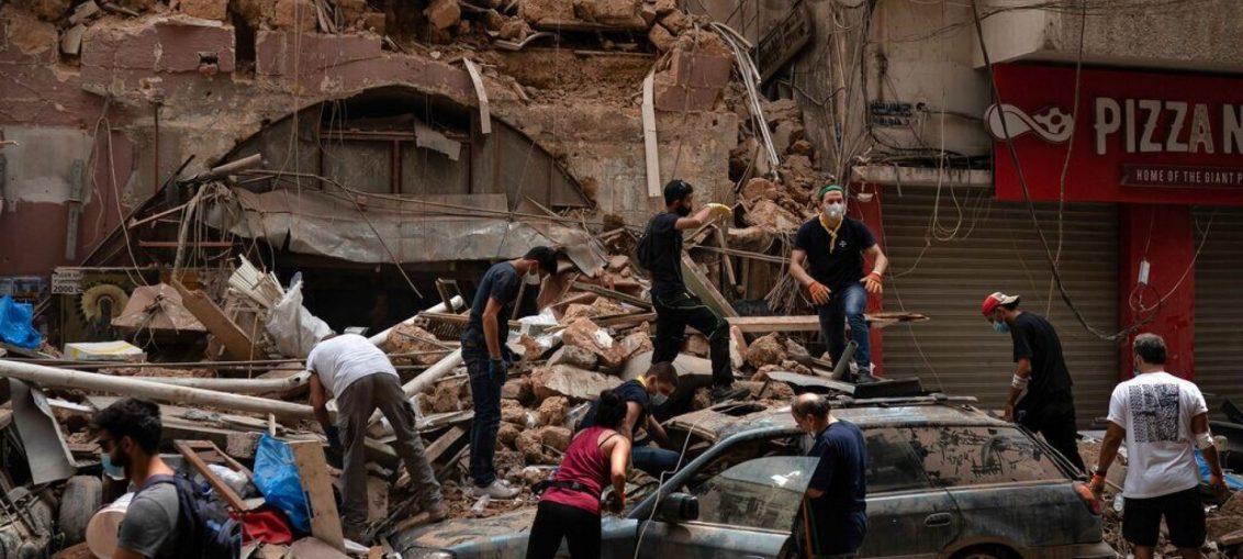 Rakyat Lebanon Membersihkan Puing Puing Akibat Ledakan di Beirut