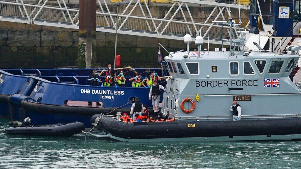 Sekelompok orang yang diduga migran dibawa ke Dover Inggris Rabu 12 Agustus 2020 oleh petugas Border Force 1
