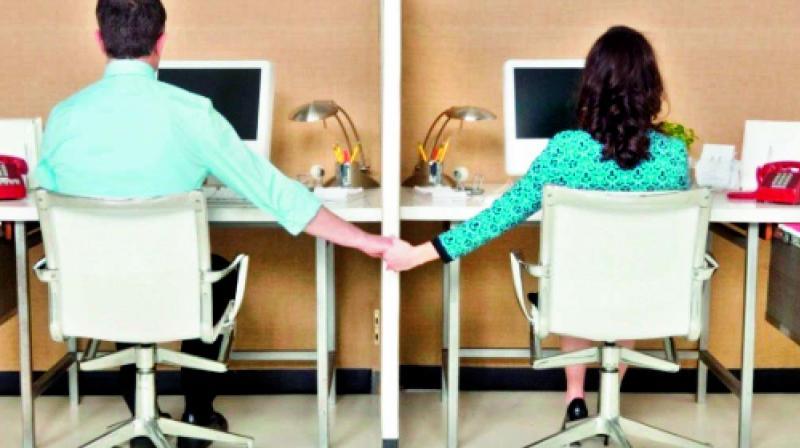 Ingin Pacaran Awet dengan Teman Kantor Ini Caranya