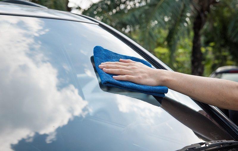Cara Membersihkan Kaca Mobil yang Buram dan Mencegahnya