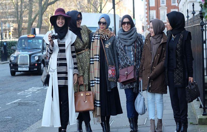 PIlihan Fashion Traveling Hijab yang Simpel Namun Terlihat Keren