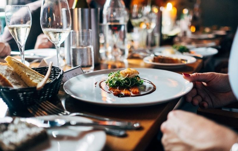 Memilih Tempat Kuliner Saat Traveling Tips Hemat Wisata Keluarga