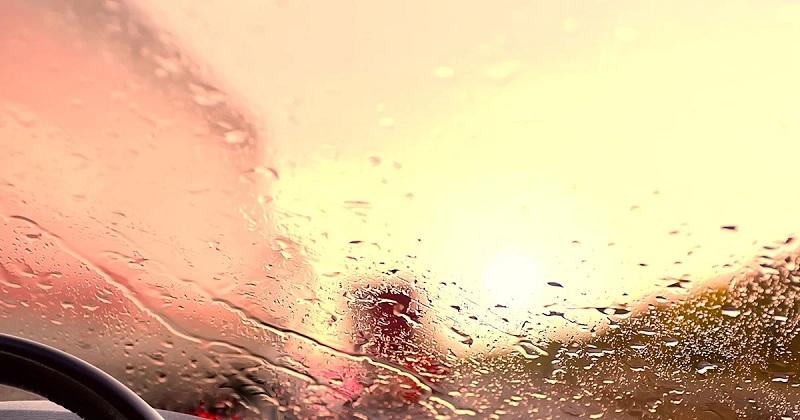 kaca mobil buram saat hujan 1